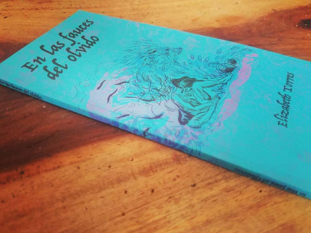 libro en mesa